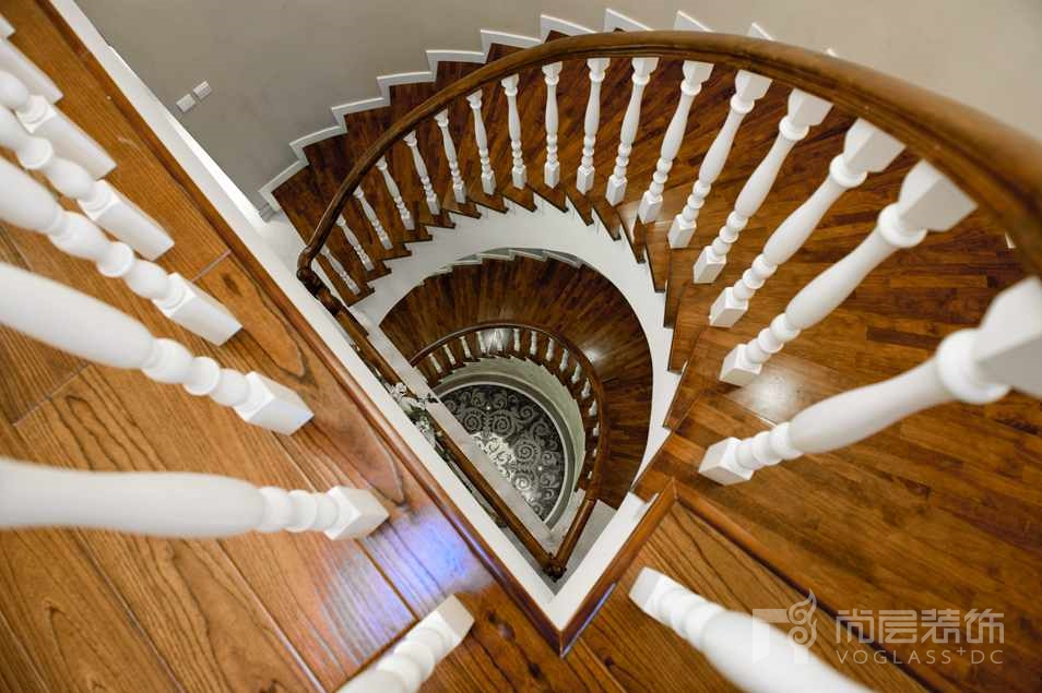 龙湖美式别墅装修楼梯实景图