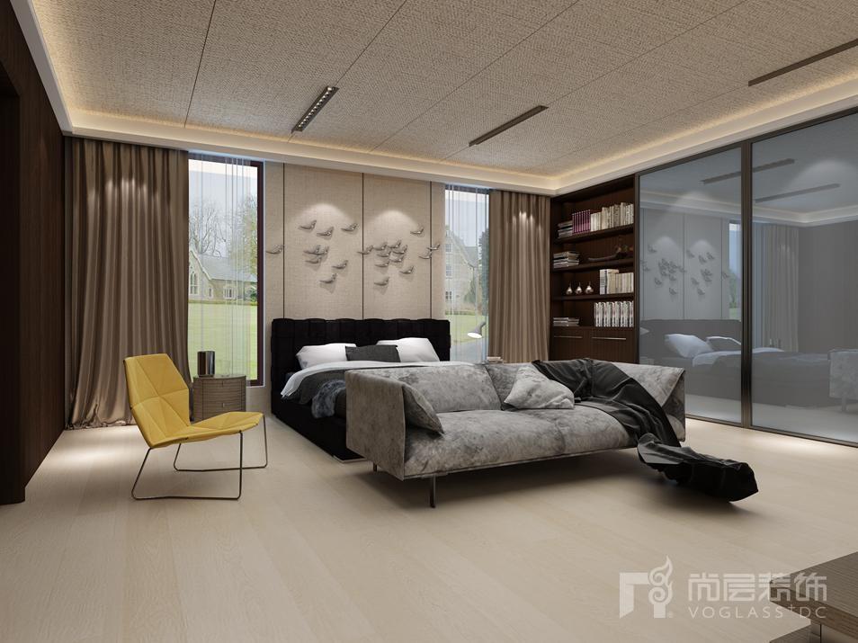 偏白的木色材质地板,落地的玻璃,白色纱帘,黑灰白相间的床品