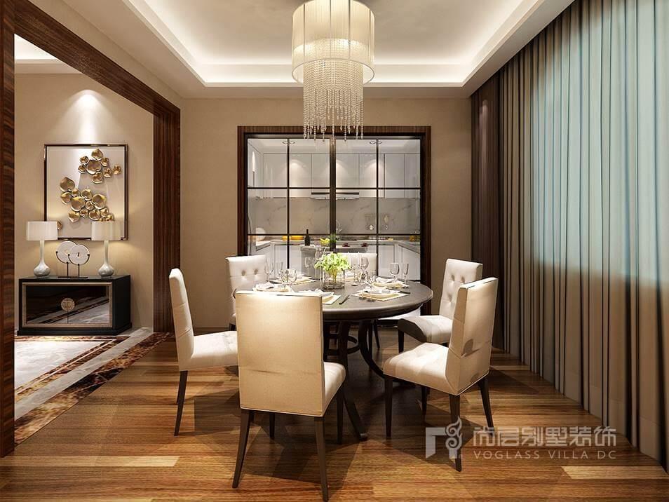 客厅后现代风格别墅装修图片采取自由混搭凸显设计自信,金属感的茶几、浅色系沙发、大幅的装饰画构筑简洁时髦空间,追求时尚与潮流,展露精致生活情怀,总体显得舒适惬意,带有故事性的空间装饰,勾起探索的欲望,精心点缀的配饰,挥洒艺术气息,呈现出一种后现代轻奢感。