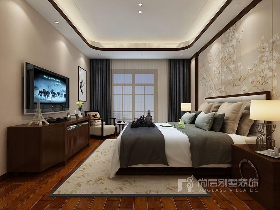本案中的客厅选用米白色为墙面色调,墙面上的山水画、花鸟画正是新中式风格中的传统元素之一。实木线条的门窗、电视柜、茶几营造简单舒适的空间,吊顶用木质边框进行描边配以镂空的吊灯营造唯美之感 ,墨绿色的抱枕与沙发背景的荷花挂画相得益彰,这些配饰的相互搭配突显出了传统文化的庄重、典雅。主卧与客厅一样,墙面色调选用浅暖色调来营造温馨、明快、时尚大方的整体效果,邻近色色相配色法,形成有节奏的整体感和视觉,花枝图作为传统背景,很有中式传统文化的韵味,整体塑造平静、稳重、大方的空间。 关于新中式的装修效果图就介绍到