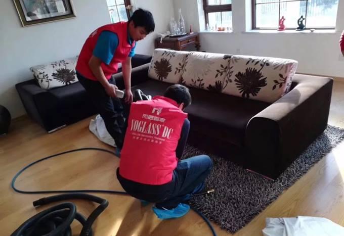 尚层别墅装修管家清理沙发