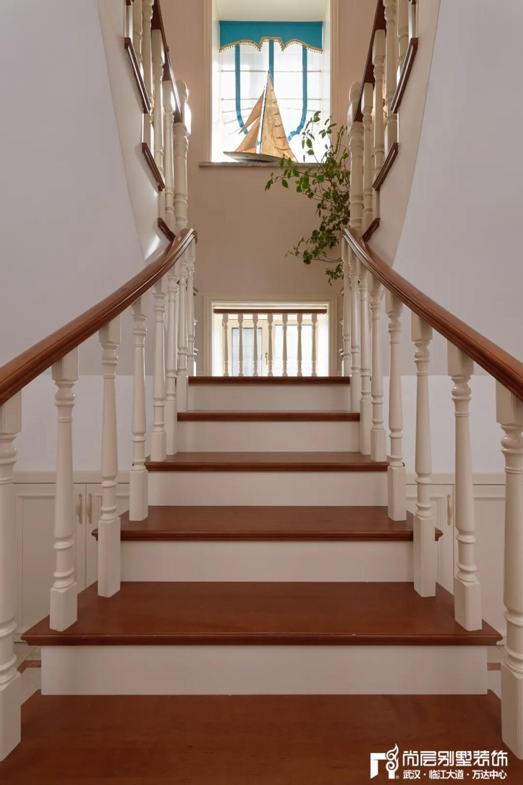 尚层别墅装修轻奢法式风楼梯玄关设计