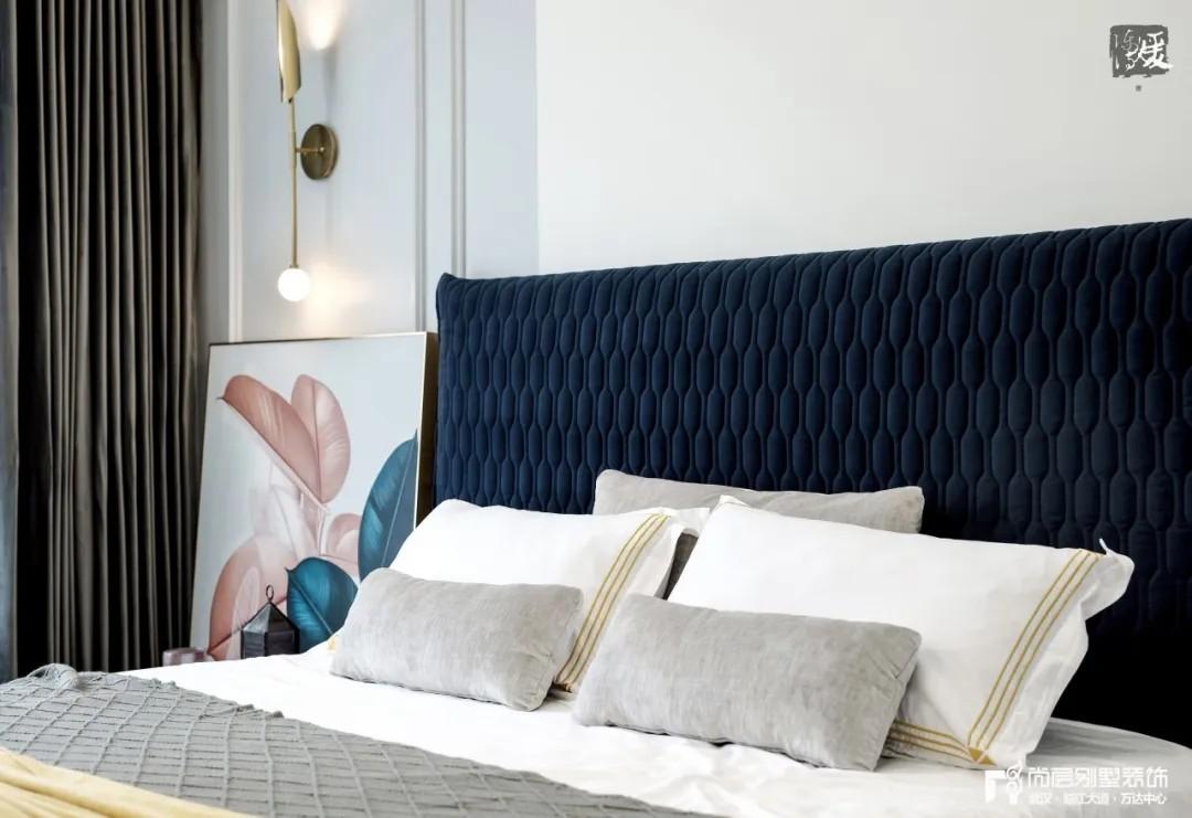 尚层别墅装修实景案例主卧室床头设计